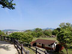 仕方のない事ですが、大阪の古墳は住宅密集地に囲まれながら存在 なのでゆっくり眺めるスポットは限られています  そんな中、ここは公園として整備されているので 色んな意味で気持ちよく、のんびり古墳を眺められるお勧めの古墳です