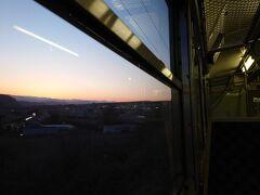 115系のボックスシートに身を預け、MT54モーターの音をBGMに夕暮れ時の車窓を眺めるひと時。