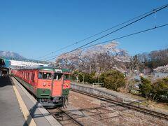 ★8:19 かぼちゃ電車には牟礼駅まで乗車。 沿線で桜と一緒に撮れそうな場所を車内&歩いて探すも、あまりぱっとせず…