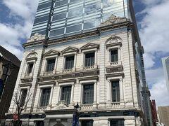 ガラス面が青空のように見えるハイブリッド工法のビルです。