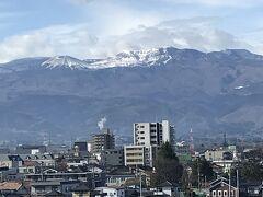 福島に着く。吾妻小富士だろうか?もう雪を抱いてる。