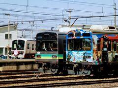 影森駅にはラッピングトレインと普通の列車と有料の急行列車が 並んでいた。