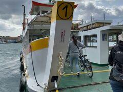 向島運航の渡船で、向島に渡る。 尾道港で自転車を借りた人も、向島までは、橋ではなく、渡船で渡る。 人間は100円。 自転車は10円。