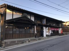 北国街道の宿場町だった江戸時代の名残を残した建物もみられる。 修復して 旅籠を始めたというところは、コミュニティスペースにもなっていた。 もう、時間も過ぎたというのに 親切丁寧なご主人が簡単に説明してくださったが、正規の時間に訪ねれば、中を見学させてもらえる。 一度泊まって 旅人の風情を味わってみるのもいいかなと。