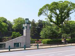 パレスサイドビルの角の交差点を渡ると 竹橋   駅名になっている橋です  橋の左奥の石垣は 「竹橋門跡」 東北の諸大名によって造られ 内郭の城門として備えに使われていました