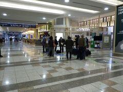 空港到着、手荷物を受け取って 8:45ごろ集合場所へ、添乗員とご対面、オヨヨ!