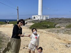 残波岬灯台にきました。  ここで素敵な女子大生のお姉さん3人組が、写真を撮ってくれると声をかけてくれました。1人はもうすぐ上京するそうです。 「東京はサクラ咲いていますか?」と笑顔で聞かれ「う~ん、もう葉桜になってるかな~」と言うと残念がっていました。 「小さい子久しぶり。かわいい~」と子どもたちとも仲良くしてくれました。 地元の友達と記念に遊びに来たそうです。友達っていいですね~♪(しみじみ)