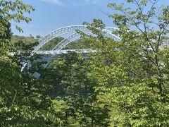 西海橋公園無料駐車場から続く新西海橋遊歩道から見た新西海橋。長さ300mの中路式アーチ橋(主橋部)です。