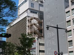 仙台駅から青葉通りを歩いて10分。 地元老舗百貨店の「藤崎」があります。  青葉通りのケヤキで 以前は藤崎の外観が撮りにくかったのですが 今回は木が少なくなった?のか撮れます!