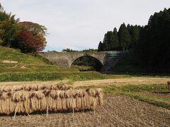 通潤橋。1854年、水不足に悩む白糸台地に水を送るため、矢部の惣庄屋・布田保之助によって造られた日本最大のアーチ式水道橋です。1960年国の重要文化財に指定されました。