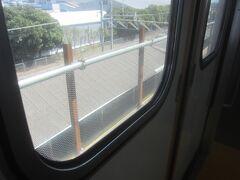 1年ほど前に https://4travel.jp/travelogue/11630165 で野田に来た時はまだ電車は地上を走っていたけど、先日3月28日に高架化されたようです 窓の下には地上に通る線路 地上にある野田市のホームもまだ残されたまま