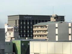一つ上の写真中央をズームします。  2020年7月1日にオープンした『Fairfield by Marriott Osaka Namba (フェアフィールド・バイ・マリオット大阪難波)』が見えます。  ホテルチェーンマリオット・インターナショナルブランドの中で、 「フェアフィールド・バイ・マリオット」として日本で2つ目となる ホテルです。  ホテルの外観は和の風情をまとうモダニズムデザインで、日本伝統の 格子を取り入れ、色彩は温かみのあるウォームグレーを基調色として 先進的でありながらどこか懐かしく温かみのある装いとなっています。