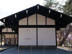 まずは、隠れミッション100名城のスタンプゲット、弘前城情報館へ