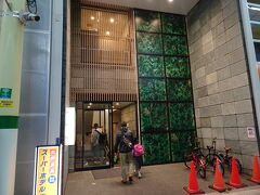 奈良旅行の際にお世話になったスーパーホテル☆ 駅近で大浴場もついてるのにめっちゃ安い!なのに無料の朝食までついてくるコスパの良さに感動して二度目のスーパーホテル。 商店街側の1階入口から入り、フロントは2階です。