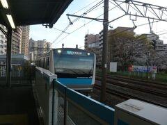 JRの川口駅に到着しました。  京浜東北線の駅のホームです。  下りの列車が、ホームに入ってきました。  青い車体の色が鮮やかです。