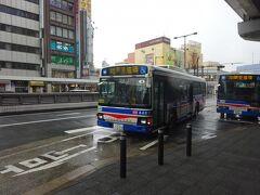 バスがやってきた。 川崎駅東口からは主にこの川崎鶴見臨港バスと、川崎市営バスが発着していて、乗り場もはっきり分かれている。