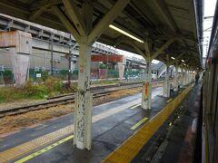 昼間はこの駅で折り返す電車も多く、ここから40分間隔。 というか、ここに来る3本に1本だけが扇町まで行く、というダイヤ。