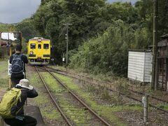 小湊鉄道で房総半島の真ん中、上総中野駅に到着。ここから外房に向かういすみ鉄道に乗り換えます。 12:36、黄色い車両がやってきました。