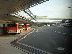 今回は、500番より出発ということで、バスに乗って飛行機まで移動します。