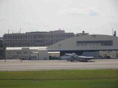 無事に那覇空港に到着。自衛隊の戦闘機も見えましたよ。