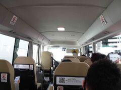 外へ出たら、オリックスレンタカーの受付へ。バスに乗って営業所まで行きます。