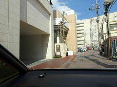 とっても寂しい国際通りから戻ったら、ホテルへチェックインしましょう。ホテル手前を右折し、駐車場へ。