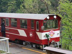 19<アプト式列車> ゆっくりと、ゆっくりと、可愛い列車が駅に入ってきました。これは、日本唯一のアプト式列車。アプト式とは、第3の歯車の車輪を使い急勾配を上るための鉄道システム。スイスで乗った「ゴルナーグラート鉄道」もアプト式でした。