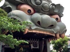 フェアフィールド難波の周辺観光?散歩情報です! ホテル裏に『難波八阪神社』があります。徒歩3分で着く近さ。 平成13年(2001年)に大阪市で初めての無形民俗文化財に指定された神社です。 この巨大獅子がシンボルw  スサノオノミコト(三貴神のうちの一神でヤマタノオロチを倒したとされる神様)とクシイナダヒメノミコト(ヤマタノオロチの生贄とされていたがスサノオノミコトみ助けられそのまま結婚した)を祀っていることから、縁結び・夫婦円満・安産・厄除けの御利益があるとされている神社です。 確かに境内に狛犬が沢山いました。