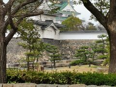 上町筋から大阪城を見る