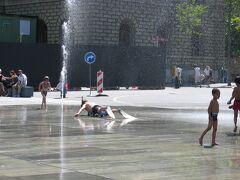 先月来たときはまだ誰も遊んでませんでしたが、すっかり夏! 色々な人が、自由に遊んでいました。