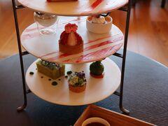 """つぎに3段プレート。1人様用だと写真映えが弱い!でも流石リッツ!! こちらは「ザ・リッツ・カールトン日光 Sakura x Berry エクスペリエンス」奥日光に自生する山桜""""オオヤマザクラ""""と、栃木県が日本一の生産量を誇る""""苺""""を主役にしたアフタヌーンティーだそうです。"""