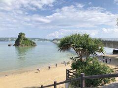古宇利島を後にして、トイレ休憩のために寄りました。 浜辺には多くの人がいて、みんな下を向いて探し物。 珍しい砂とかあるのでしょうか? 小休憩してからは沖縄を横断、東海岸に向いました。