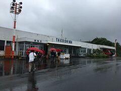 雨雲は去ったようでスムーズに着陸できました。JAL色の傘をさして歩いて建物へ移動します。