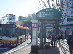 4月10日(土)  ひたすら鈍行を乗り継ぐこと8時間。(笑) かなり久しぶりの三島駅。見慣れた景色とはいえ乗り換え時間も短く、奥に見える東海バスの案内所でバスチケットを購入して、東海バスの元箱根港行きに乗り込みます。  https://www.tokaibus.jp/