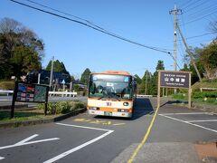 これにて東海地区の日本百名城は制覇です。もっとも犬山城は4トラ上では旅行記なくて、名古屋城も外の桜の旅行記だけで、それ以前に訪問はしています。   ちなみに日本百名城のうち、未訪は 北海道 根室半島チャシ跡群  東北 根城 ⇒盛岡城は夜少し歩いただけなので、再訪するかもです。仙台城、若松城は20世紀の訪問、旅行記ありません。  関東 足利氏館、箕輪城、金山城、鉢形城、八王子城 ⇒地元なのに一番残っている、水戸城、川越城は旅行記あり、佐倉城、江戸城、小田原城はありません。  甲信越 全城制覇 ⇒新発田城は三層櫓、巽櫓復元後未訪問のため、再訪します。新発田城のみ20世紀の訪問、4トラ上では新発田城以外旅行記あります。  北陸 全城制覇、旅行記も全部あります。  東海 全城制覇、犬山城以外旅行記あり、でも犬山城は通算三回行っています。  近畿 竹田城、篠山城 ⇒和歌山城、大阪城、二条城は4トラ始める前の訪問で旅行記ありません。篠山城は近々。竹田城は雲海出ている時期に行きたいのですが、なかなか機会がありません。  中国 鬼ノ城 ⇒鬼ノ城は公共交通機関でのアクセス悪くて難関です。鳥取城、萩城は多分行っていますけど記憶があやふやで写真もないので再訪しようかと。津山城と福山城は4トラ上では旅行記ないです。  四国 全城制覇  九州 大野城、名護屋城、島原城、人吉城、岡城 ⇒鹿児島城が記憶があやふや。あとは4トラ上に旅行記あります。個人的には人吉城はくまがわ鉄道が復旧したらセットで行きたいと考えているので、もしかしたら最後の訪問になるかもしれません。  沖縄 全城制覇   あと、15カ所です。一応すべて自分の足で、公共交通機関で行くことをモットーにしています。