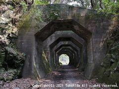 八角トンネル  落石よけに作られた7基の覆道(ロックシェッド)で熊延鉄道の遺構の一つです。   八角トンネル:https://kumamoto.guide/spots/detail/12198 覆道:https://ja.wikipedia.org/wiki/%E8%A6%86%E9%81%93 熊延鉄道:https://ja.wikipedia.org/wiki/%E7%86%8A%E5%BB%B6%E9%89%84%E9%81%93 現役時代の写真:https://ar.kumanichi.com/kimama/2708/