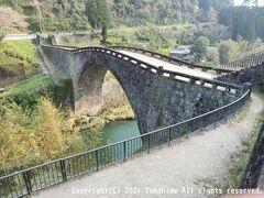 霊台橋  明治以前に竣工した石橋として日本最大、大正、昭和時代の石橋を含めても日本で三番目のアーチ径間を誇り、重要文化財にも指定されている橋です。   霊台橋:https://ja.wikipedia.org/wiki/%E9%9C%8A%E5%8F%B0%E6%A9%8B 霊台橋:https://kumamoto.guide/spots/detail/586 重要文化財:https://ja.wikipedia.org/wiki/%E9%87%8D%E8%A6%81%E6%96%87%E5%8C%96%E8%B2%A1 重要文化財01670:https://kunishitei.bunka.go.jp/heritage/detail/102/3576
