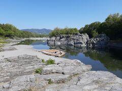 少し急ぎ目に、長瀞の岩畳を観光。  約8000万年前に地下深くで起こった変成作用や地盤の上昇の過程が地表で観察できることから、「地球の窓」と言われていますそうです。  パッと見は、千畳敷。