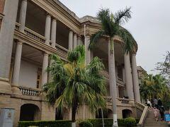 こちらがコロンス島ピアノ博物館。コロンス島はピアノを弾く人が多いのだとか。