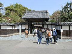 この屋敷は、渋沢家の住宅等として使われてきたもので、通称「中の家(なかんち)」と呼ばれている。  正門前に人垣が出来ていた。門に立つボランティアガイドさんに尋ねるとNHK番組「ブラタモリ」の撮影中の為、中に入れないとのことだった。「肖像権があるので、タモリさん、女子アナの写真は撮らないで欲しい」と呼び掛けていた。