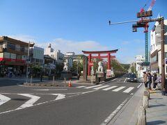 コロナのせいで4月になっちゃったけど! 鶴岡八幡宮初詣に出かけます。 若宮大路の二の鳥居前から始まる段葛(だんかずら)へ。
