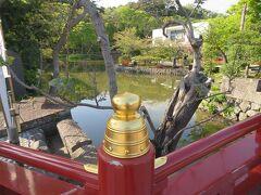 美しい橋の欄干越しに源平池(平氏池)