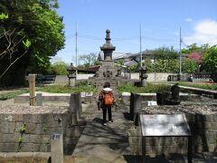 万両塚は弥生時代の遺跡、徳川家康の孫娘芳心院のお墓にお花をお供えしてました。