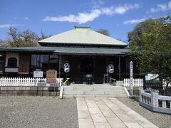 本行寺は1282年に日蓮聖人入滅後開創。境内に「お寄り掛かりの柱」「お会式桜」などがあり、裏庭園は凄く綺麗で見ごたえありました。