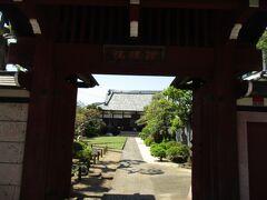 理境院は朱色門、境内は松、芝生が鮮やかで見事に整備され見ごたえありました。日輪上人草庵跡石碑が立っています。