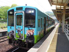 見ているだけでも楽しい列車は、日奈久温泉駅に着。