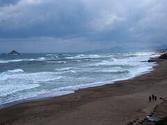 道の駅は国道9号線沿い、ちょうど白兎海岸のところに立地しています。施設自体は国道の南側にあり、歩道橋を使って海岸に出ることができます。その歩道橋の上からの白兎海岸の様子です。この日は雨だけでなく風が強く日本海は真冬のように荒れていました。白兎海岸は「日本の渚百選」に選定されています。