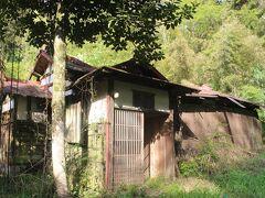 その歌碑のある前あたりに坂本九さんの家がありました。 すでに廃屋同然で立入禁止になっています。