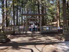 山頂駅から15分くらいで宝登山神社奥宮があります。