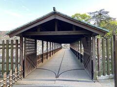 本丸と二の丸を結んでいる唯一の連絡橋である屋根付きの鞘橋。